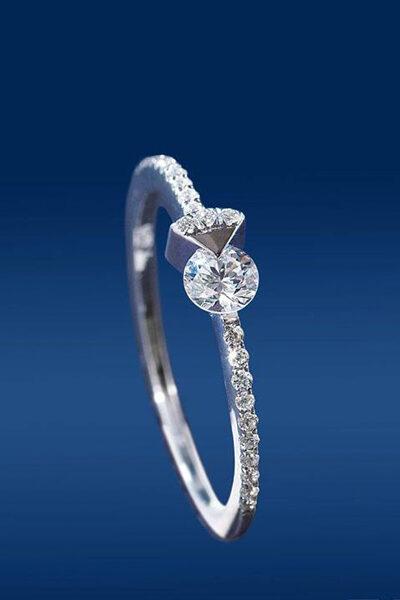 Δαχτυλίδι με πολύτιμους λίθους υψηλής ποιότητας σε μοντέρμο design.
