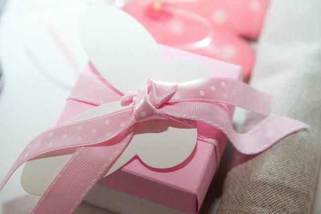 μπομπονιέρα πεταλούδα  κουτι λευκό με ροζ
